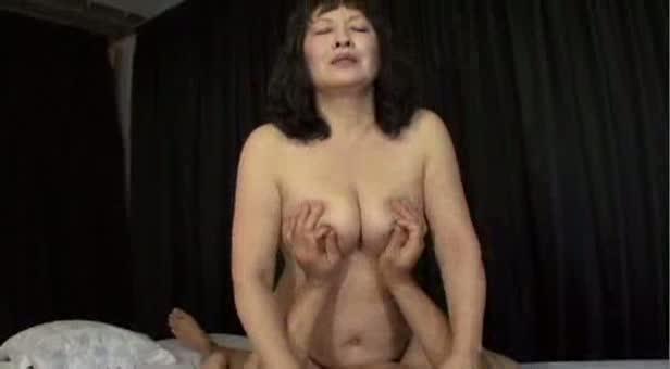 【FC2】豊満な六十路60代ぽっちゃり巨乳熟女の騎乗位腰振りセックス近...